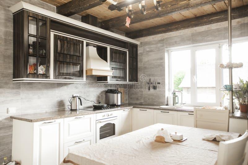 Progettazione compilata leggera della cucina, gabinetti marroni naturali completati con i controsoffitti del granito fotografie stock