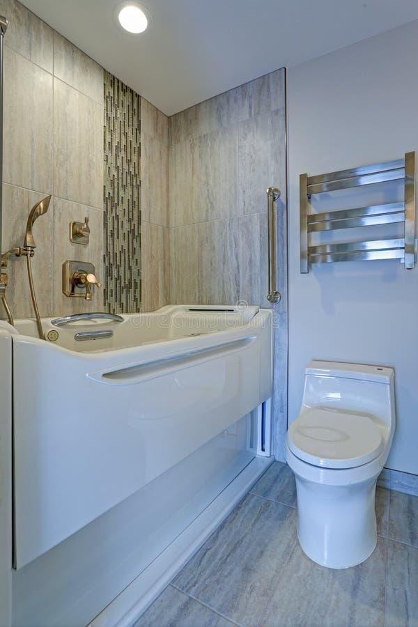 Progettazione contemporanea del bagno con la vasca delle persone senza appuntamento della Jacuzzi fotografia stock libera da diritti
