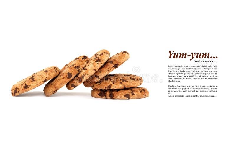 Progettazione del modello con il mucchio crollato dei biscotti di pepita di cioccolato squisiti isolati su bianco fotografia stock libera da diritti