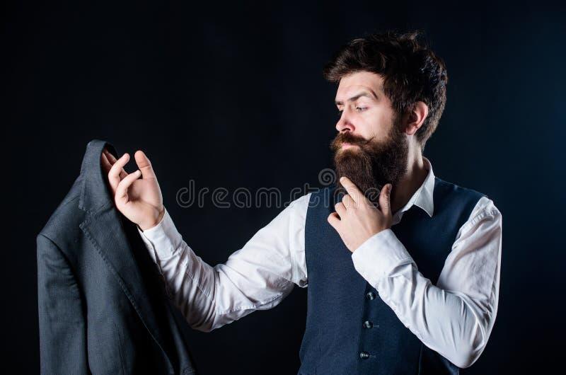 Progettazione del vestito su misura Vestito su ordine Vestito convenzionale di usura barbuta dell'uomo con la maglia ed il rivest fotografie stock libere da diritti