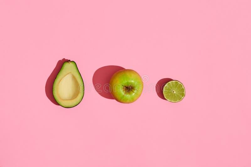 Progettazione dell'alimento Composizione della frutta fresca, mela di verde dell'avocado e metà dell'avocado cutted su fondo di c fotografia stock