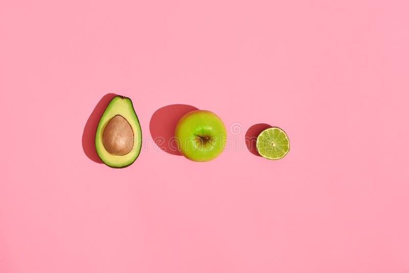 Progettazione dell'alimento Composizione della frutta fresca, mela di verde dell'avocado e metà dell'avocado cutted su fondo di c fotografie stock libere da diritti