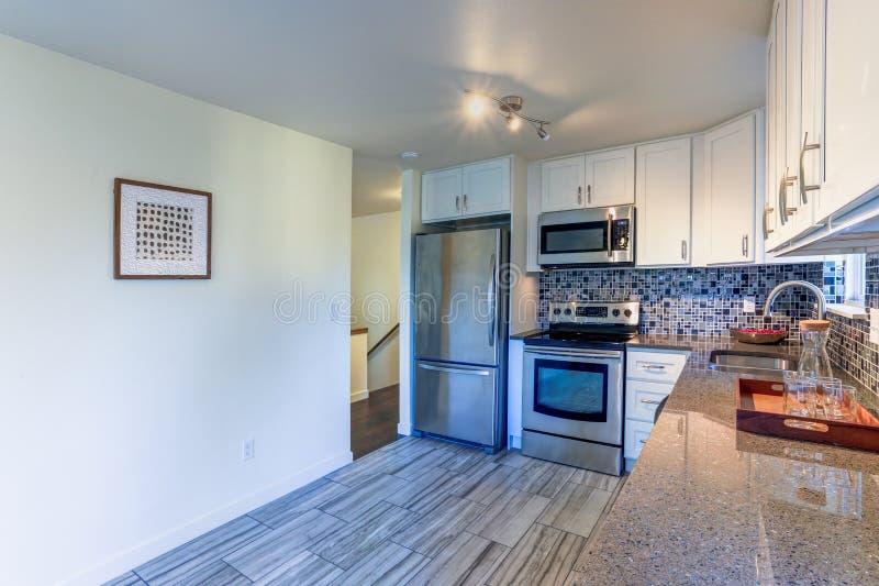 progettazione della stanza della cucina di L-forma immagini stock