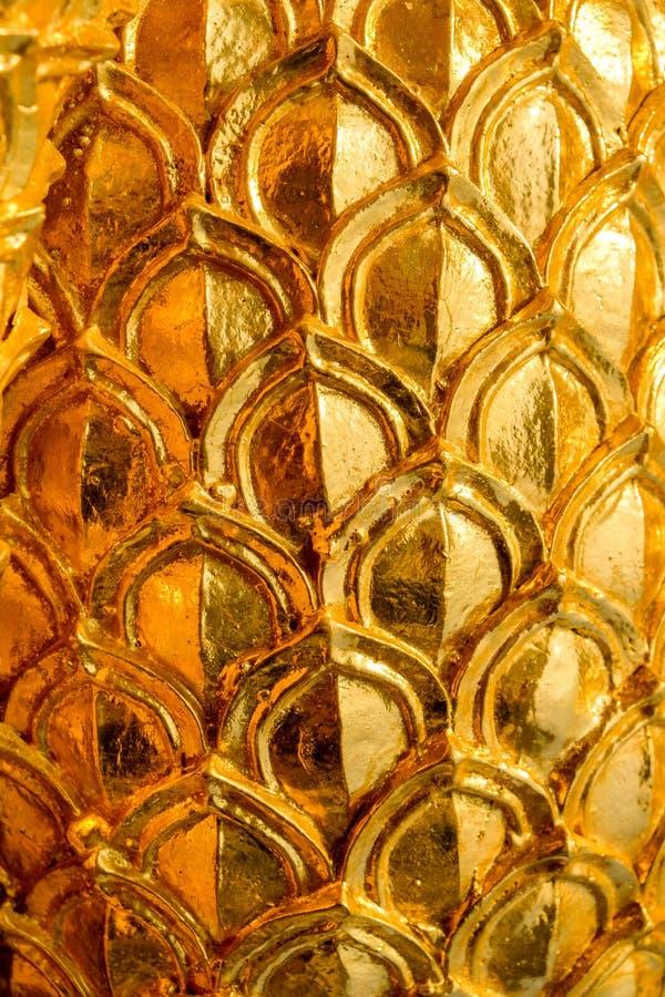 Progettazione dello stucco dell'oro di stile tailandese indigeno sulla parete fotografia stock