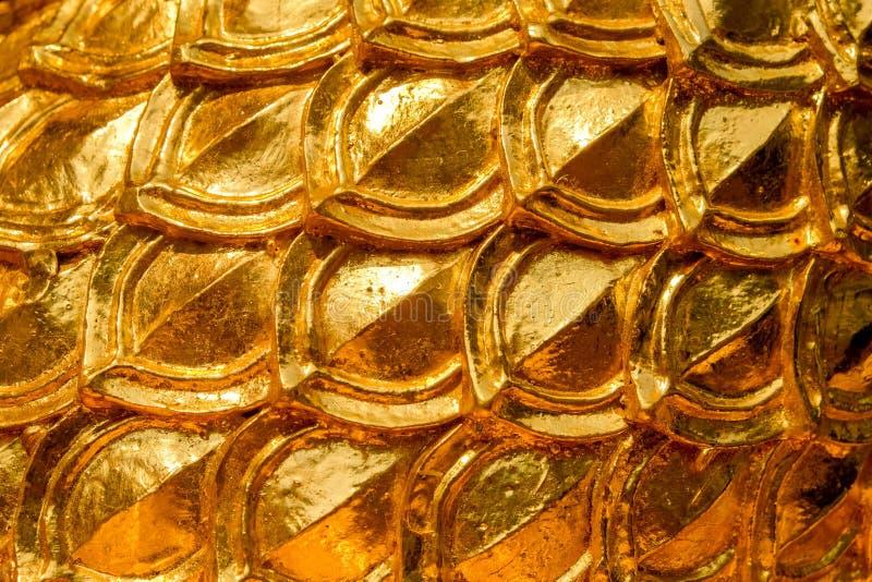 Progettazione dello stucco dell'oro di stile tailandese indigeno sulla parete fotografia stock libera da diritti