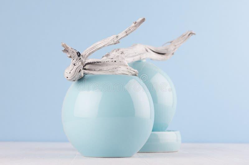 Progettazione di modo della gioventù in decorazione domestica - vaso liscio blu pastello e pezzo di legno grigio misero sul bordo fotografie stock