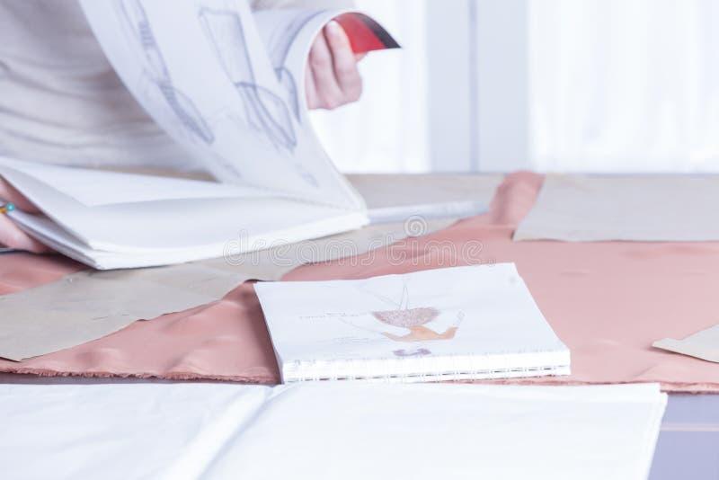 Progettazione di modo nello sketchbook fotografie stock libere da diritti