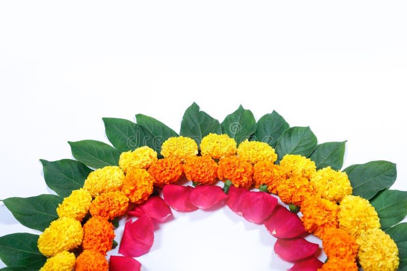 Progettazione di rangoli del fiore del tagete per il festival di Diwali, decorazione indiana del fiore di festival immagine stock libera da diritti