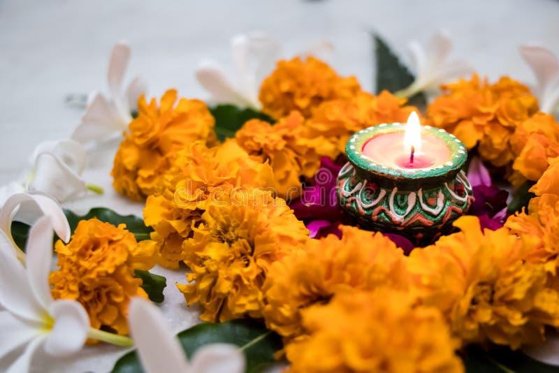 Progettazione di rangoli del fiore del tagete per il festival di Diwali, decorazione indiana del fiore di festival con luce immagine stock libera da diritti