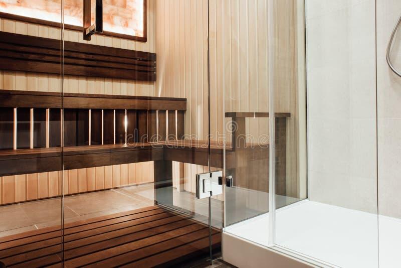 Progettazione di vetro della porta nella cabina della doccia e di sauna con la cerniera di porta del metallo immagine stock libera da diritti