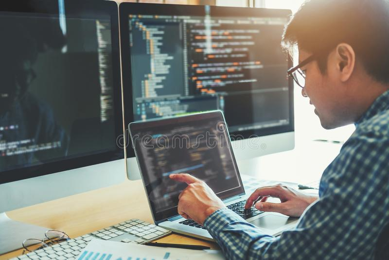 Progettazione e codifica di sviluppo di Development Website del programmatore della tecnologia fotografia stock libera da diritti