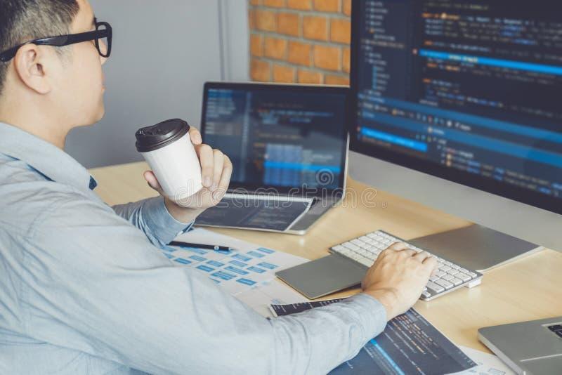 Progettazione e codifica di sviluppo di Development Website del programmatore delle tecnologie che lavorano all'ufficio dell'azie fotografie stock