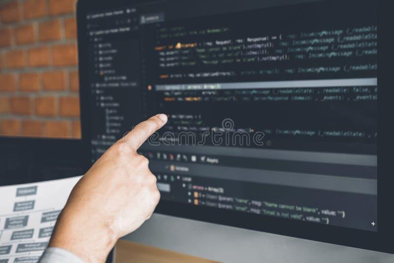 Progettazione e codifica di sviluppo di Development Website del programmatore delle tecnologie che lavorano nell'ufficio dell'azi fotografia stock libera da diritti