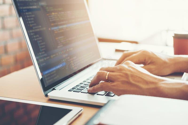 Progettazione e codifica di sviluppo di Development Website del programmatore delle tecnologie che lavorano nell'ufficio dell'azi immagini stock libere da diritti