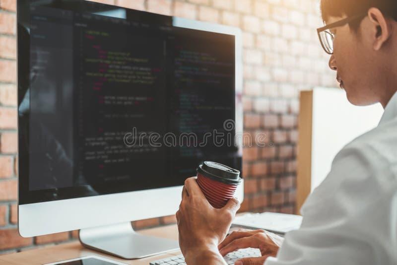 Progettazione e codifica di sviluppo di Development Website del programmatore delle tecnologie che lavorano nell'ufficio dell'azi fotografie stock libere da diritti