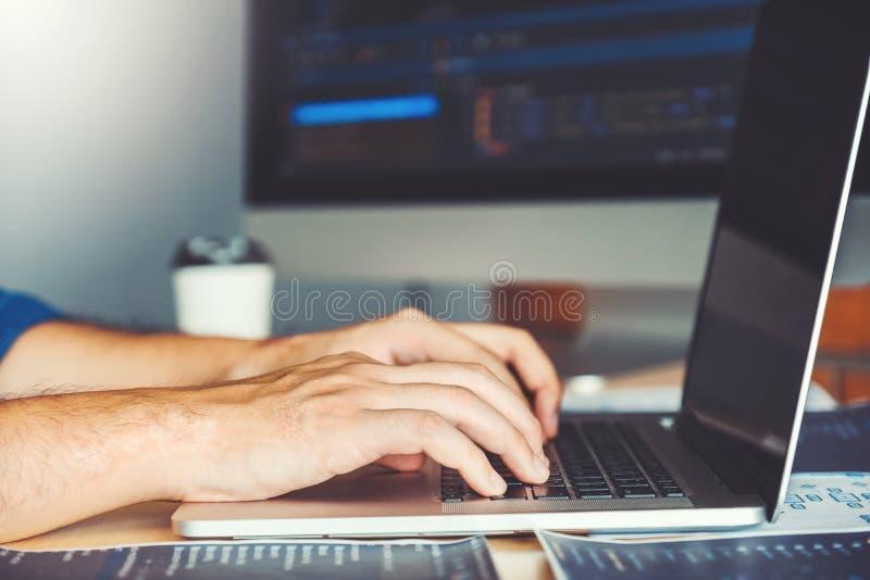 Progettazione e codifica di sviluppo di Development Website del programmatore delle tecnologie che lavorano nelle azione dell'uff fotografia stock
