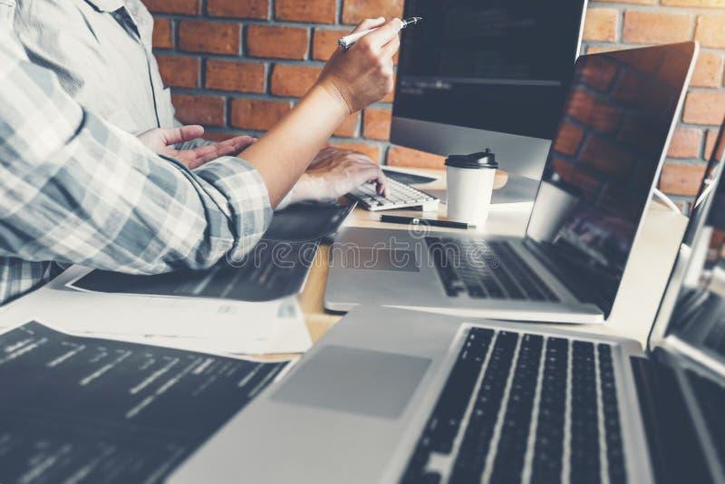 Progettazione e codifica di sviluppo di Team Development Website del programmatore delle tecnologie che lavorano all'ufficio dell immagini stock libere da diritti