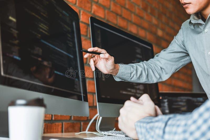 Progettazione e codifica di sviluppo di Team Development Website del programmatore delle tecnologie che lavorano nell'ufficio del fotografie stock