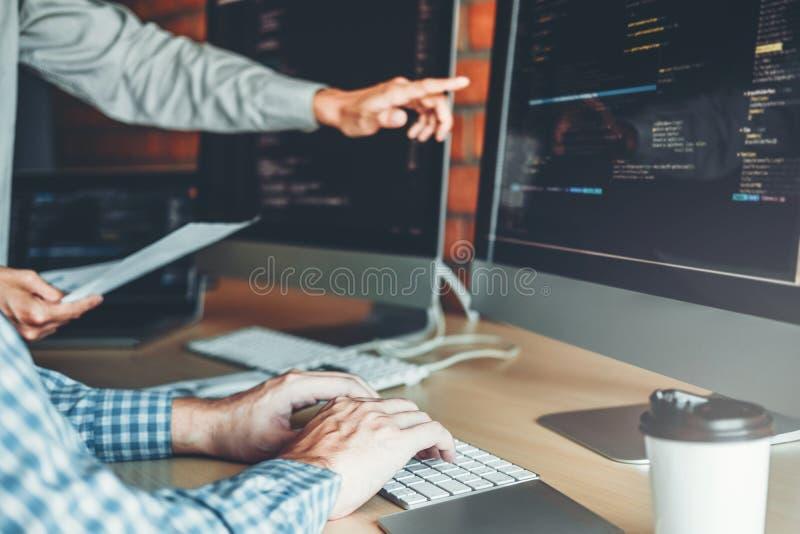 Progettazione e codifica di sviluppo di Team Development Website del programmatore delle tecnologie che lavorano nell'ufficio del immagini stock