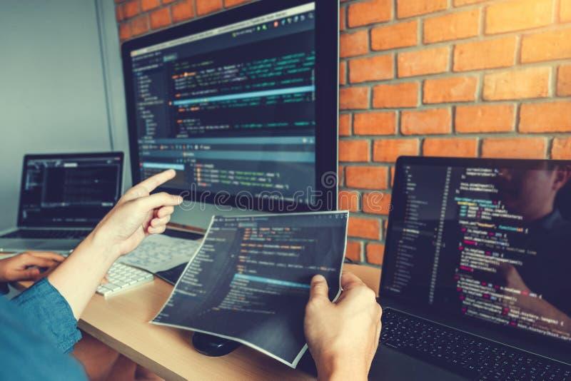 Progettazione e codifica di sviluppo di Team Development Website del programmatore delle tecnologie che lavorano nell'ufficio del fotografie stock libere da diritti