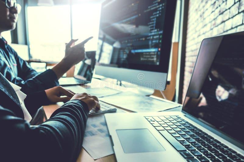 Progettazione e codifica di sviluppo di Team Development Website del programmatore delle tecnologie che lavorano nell'ufficio del fotografia stock