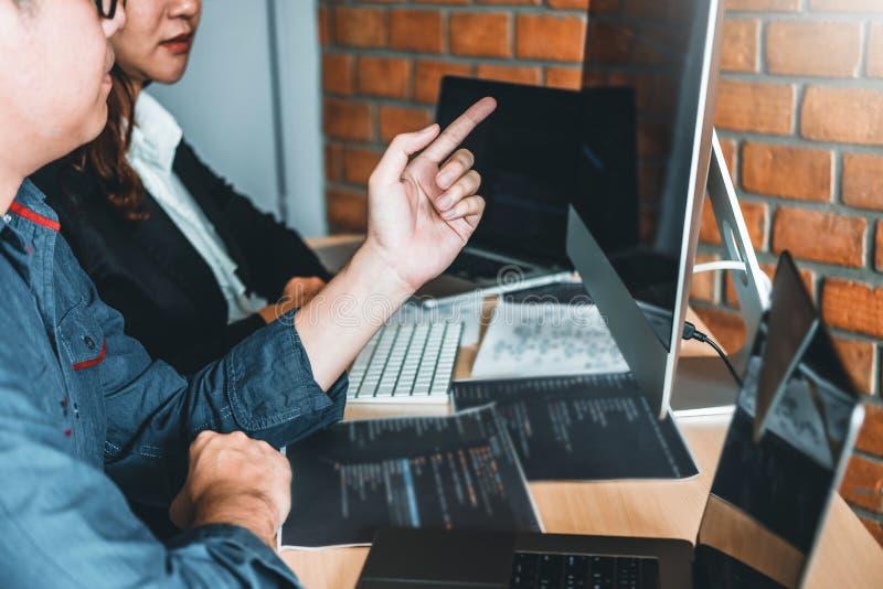 Progettazione e codifica di sviluppo di Team Development Website del programmatore delle tecnologie che lavorano nell'ufficio del immagine stock libera da diritti