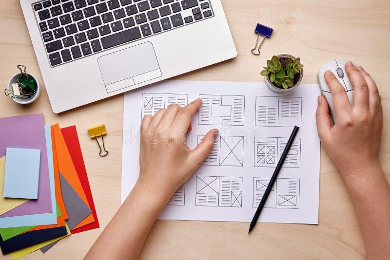 Progettazione editoriale che lavora sul layout della pubblicazione immagini stock libere da diritti