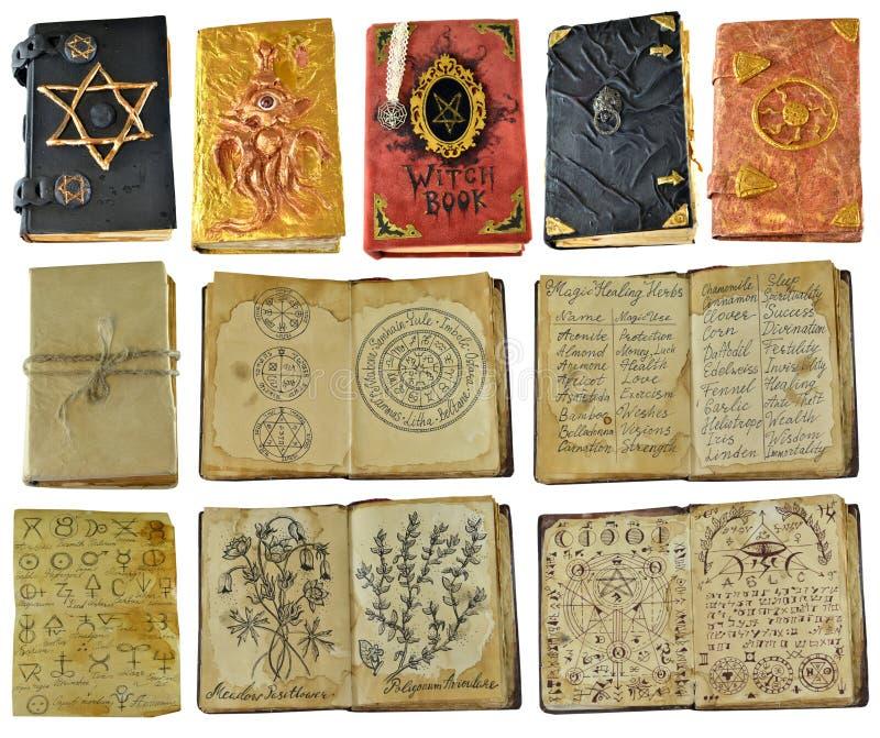 Progettazione fissata con i vecchi libri ed i manoscritti della strega con periodo isolati su bianco immagini stock
