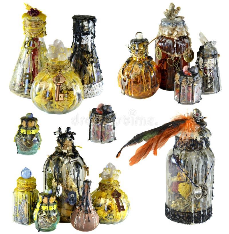 Progettazione fissata con il gruppo di bottiglie magiche della strega isolate su bianco immagine stock libera da diritti