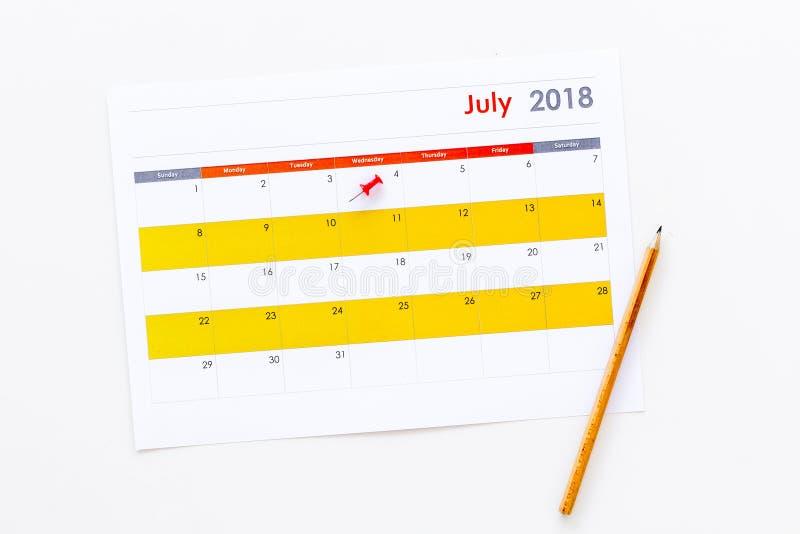 progettazione Indichi la data in calendario dall'a pressione Definisca l'obiettivo Scelga la data Calendario sulla vista superior fotografie stock