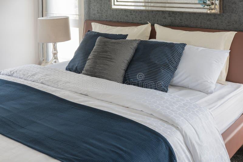 Progettazione moderna della camera da letto con colore blu e bianco immagine stock immagine di - Colore della camera da letto ...