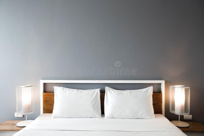 Progettazione moderna della camera da letto, letto matrimoniale fotografie stock libere da diritti