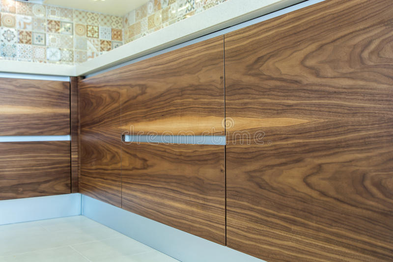 Progettazione moderna della cucina ad una luce, interno luminoso fotografie stock libere da diritti