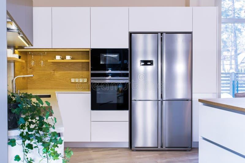 Progettazione moderna della cucina nell'interno leggero fotografia stock