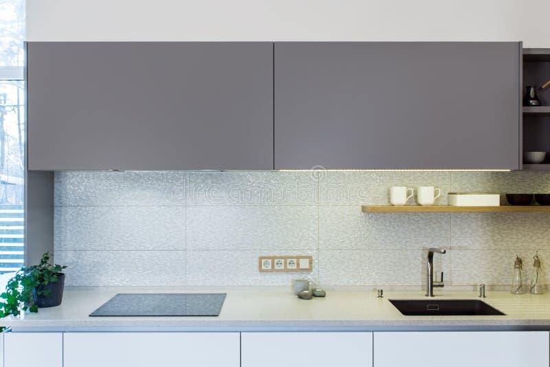 Progettazione moderna della cucina nell'interno leggero fotografie stock