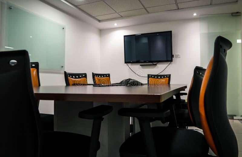 Progettazione moderna della sala del consiglio vuota dell'ufficio fotografia stock libera da diritti