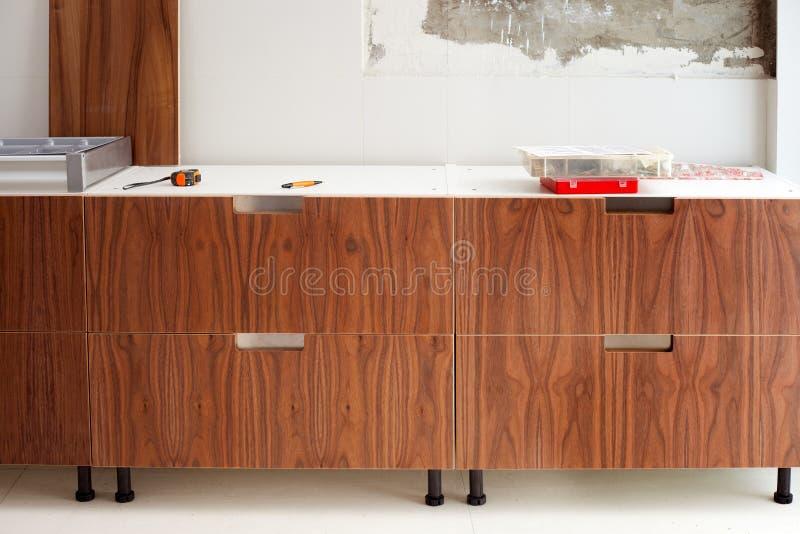 Progettazione moderna di construcion di legno della cucina della noce immagine stock