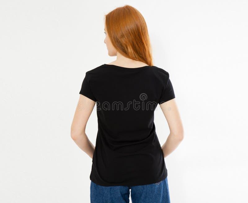 Progettazione posteriore della maglietta di vista, concetto felice della gente - donna rossa sorridente dei capelli in maglietta  immagini stock libere da diritti