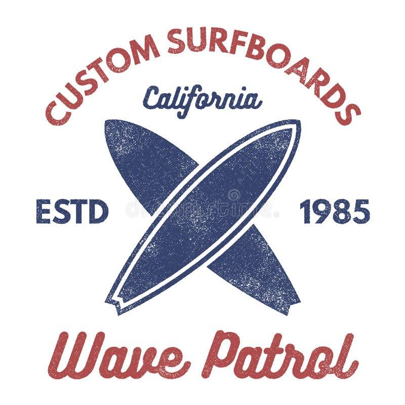 Progettazione praticante il surfing d'annata del T Retro grafici ed emblemi della maglietta per il web o la stampa Surfista, logo royalty illustrazione gratis