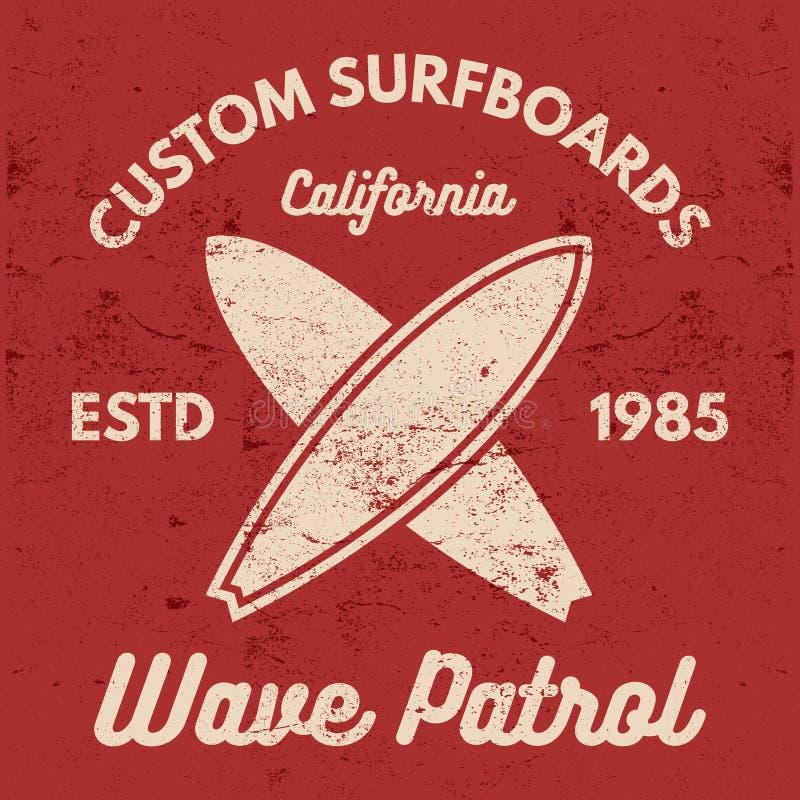 Progettazione praticante il surfing d'annata del T Retro grafici ed emblemi della maglietta per web design o la stampa Surfista,  illustrazione di stock