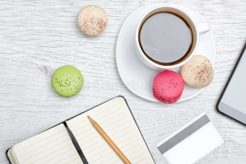 progettazione Tazza di caffè con il dessert, un blocco note, una carta di credito a immagine stock libera da diritti