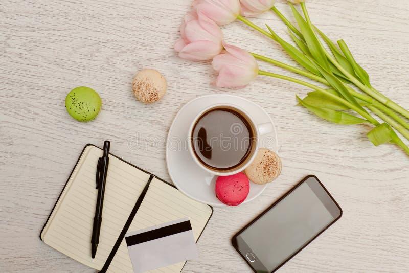 progettazione Tazza di caffè con il dessert, un blocco note, una carta di credito ed il telefono cellulare Concetto di affari fotografie stock