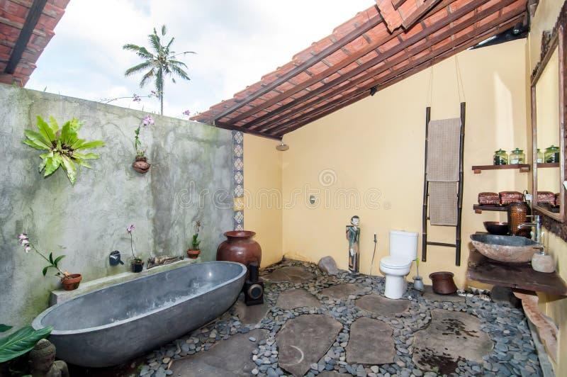Progettazione tradizionale ed antica della villa del bagno fotografia stock