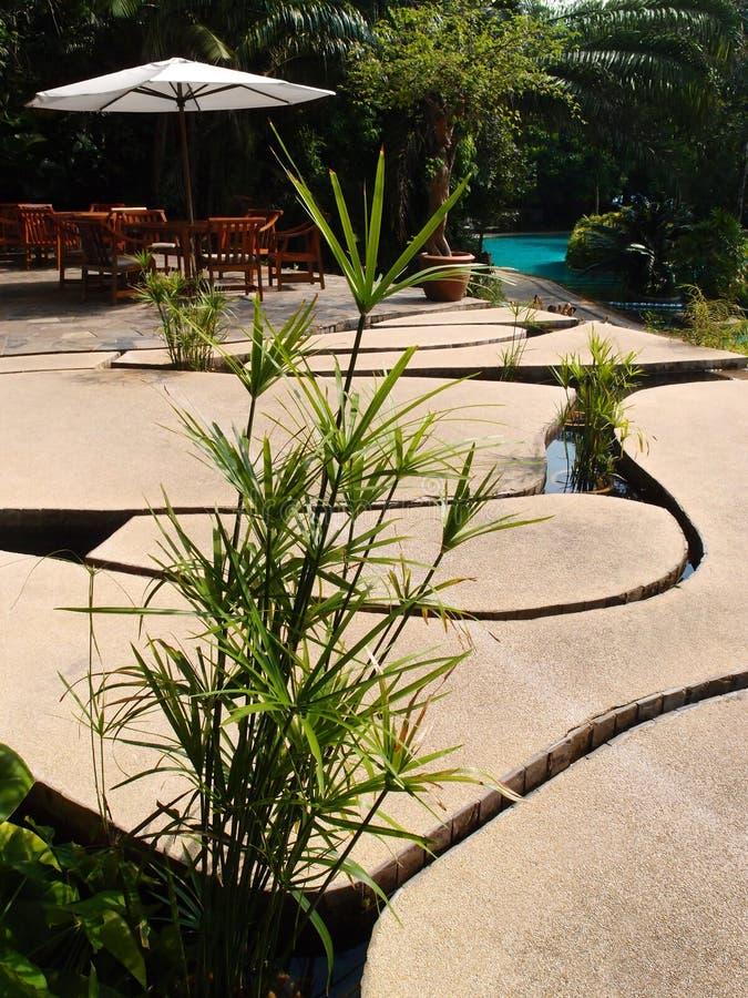 Progettazione unica del patio, lastre di pietra sopra acqua immagini stock libere da diritti