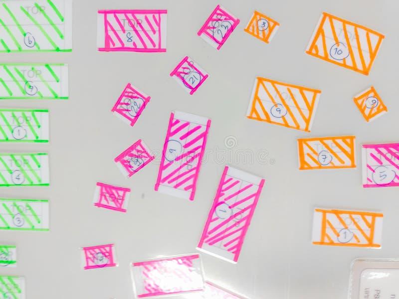 Progettazione variopinta di punto culminante di tiraggio della mano sulla piccola carta con il BAC bianco fotografie stock libere da diritti