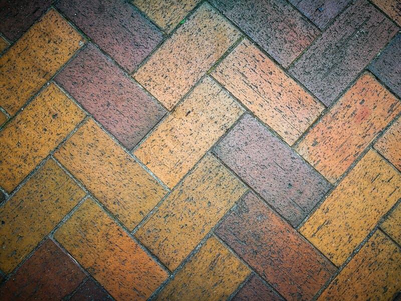 Progetti il modello di struttura del mattone rosso di zigzag per pavimentare fotografie stock libere da diritti