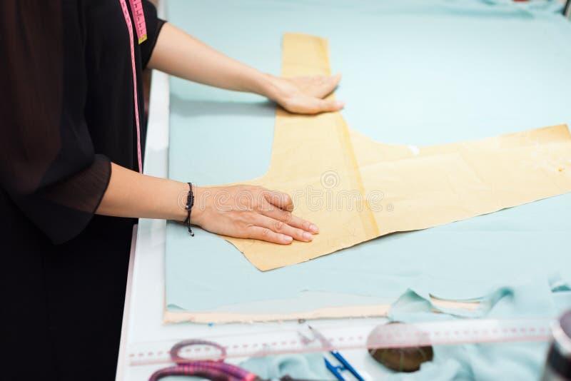 Progettista asiatico del vestito dai vestiti di modo del sarto della donna fotografie stock libere da diritti
