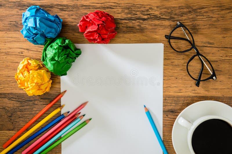 Progettista che cerca ispirazione su carta in bianco fotografia stock
