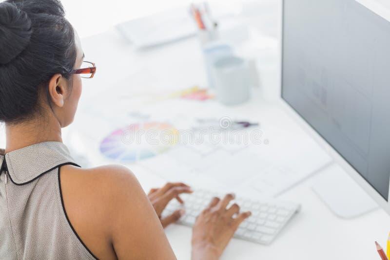 Progettista che lavora al suo computer fotografie stock