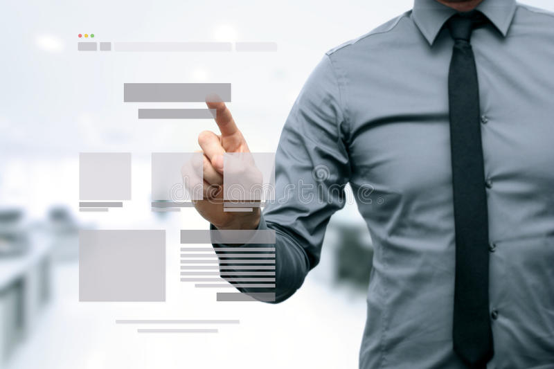 Progettista che presenta il wireframe di sviluppo del sito Web immagine stock